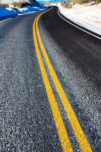 zolte-paski-na-drodze-asfaltowej