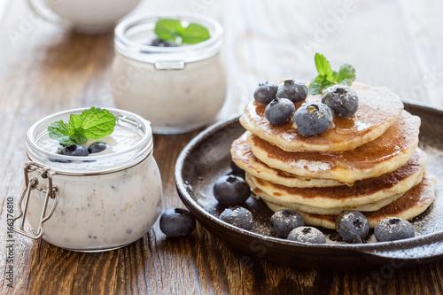 Zdjęcie XXL Zdrowe organiczne smoothie blueberry w słoik i naleśniki maślanki