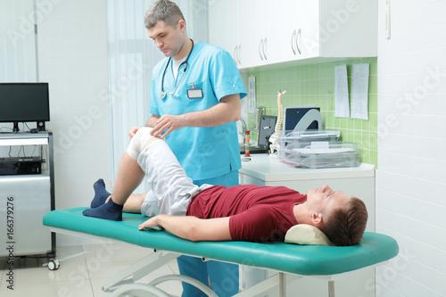Fotografía  Orthopedist examining patient in clinic