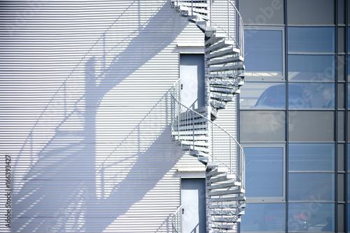 Fototapeta schody  wendeltreppe-wirft-schatten-eine-wendeltreppe-feuerleiter-an-der-seitenfassade-eines