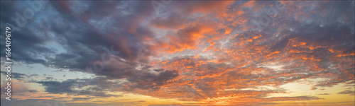 Photo Fiery sunset, colorful clouds in the sky