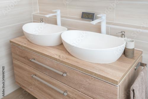 Moderner Doppelwaschtisch mit Aufsatzwaschbecken