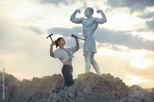 Carta da parati Woman makes a living statue of a man, she is a sculptor and an artist