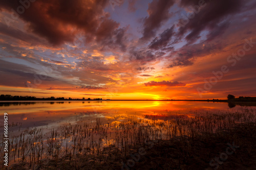 Foto op Canvas Ochtendgloren Vivid Colorful sunrise or sunset reflecting in a lake