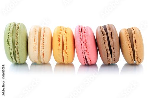 Macarons Kekse Nachtisch Dessert aus Frankreich in einer Reihe Freisteller