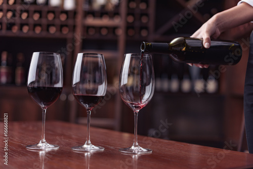Foto op Canvas Alcohol sommelier pouring red wine