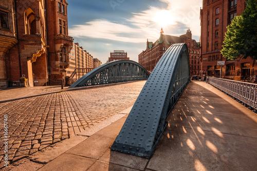 Fotografía  Historical bridge in the Hamburg Speicherstadt