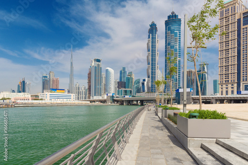 Fotografía Dubai - The skyscrapers over and the promenade of new Canal and Burj Khalifa in the background