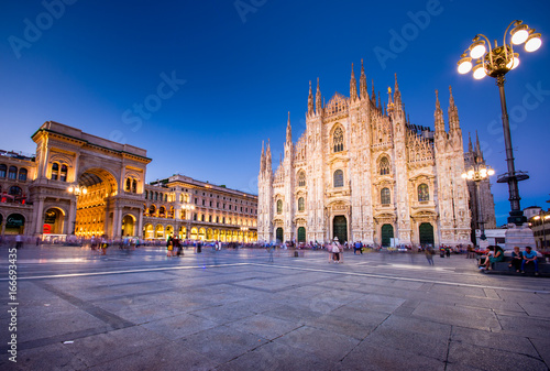 Carta da parati Milan Cathedral, Piazza del Duomo at night, Lombardia, Italy