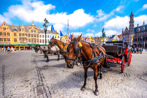 Photo sur Aluminium Bruges Horse carriages on Grote Markt square in medieval city Brugge at morning, Belgium.