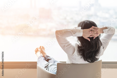 Photo  Life-work balance concept with woman take it easy or resting in hotel or home