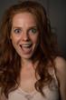 canvas print picture - Portrait einer jungen, schönen, rothaarigen Frau die lacht