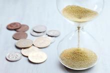 砂時計の砂が落ちる。時とビジネス。お金や経済・金融のイメージ。