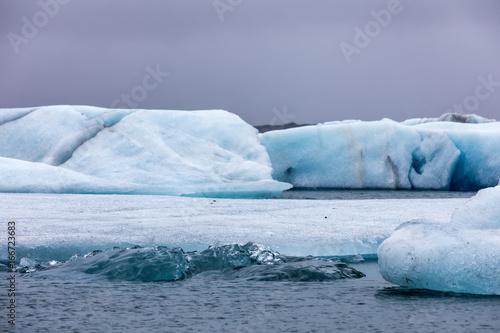 Fotobehang Gletsjers Icebergs floating in Jokulsarlon Lagoon by the southern coast of Iceland