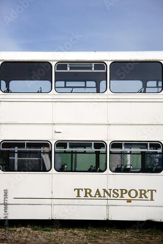 Fotografie, Tablou  Doppeldeckerbus / Die Seitenansicht auf die unteren Sitzreihen und Fensterreihen eines alten Doppeldeckerbusses