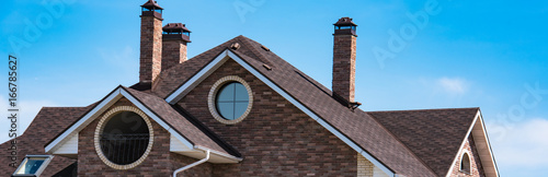 Fotografia house with a gable roof window