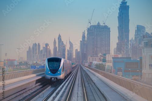 Fototapeta Metro w Dubaju w świetle poranka