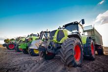 Maisernte, Abgestellte Traktoren Und Ladewagen Nebeneinander
