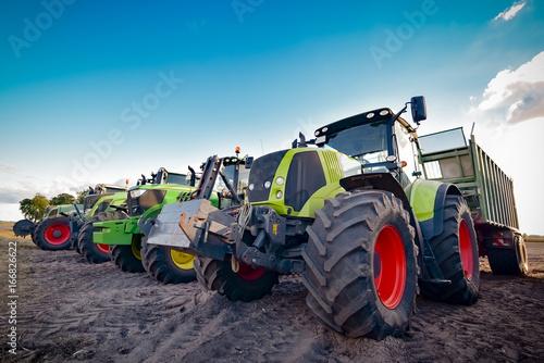 Maisernte, abgestellte Traktoren und Ladewagen nebeneinander Canvas Print