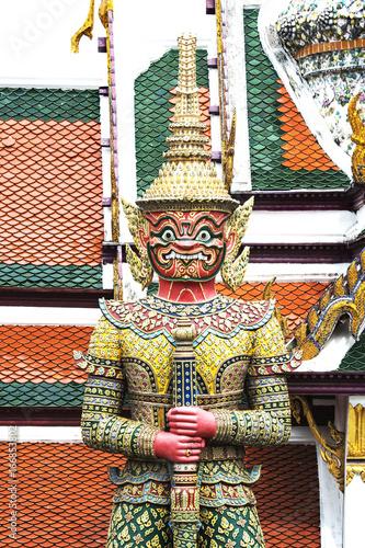 Fotografía  Close up giant statue at wat phra kaew in bangkok,Thailand.