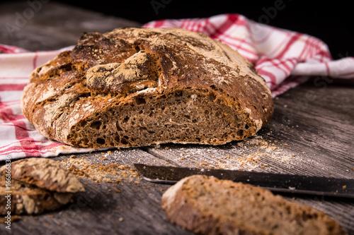 Deurstickers Brood Urkorn Brot aus Dinkel, Emmer und Einkorn auf Holz