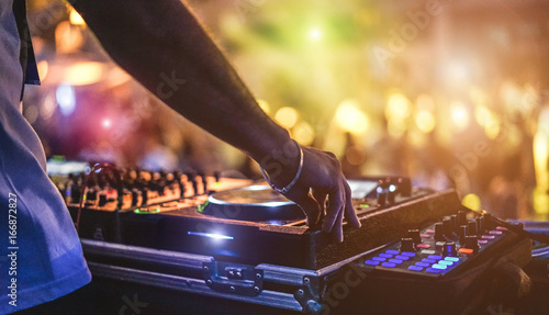 Photo Dj mixing outdoor at beach party festival with crowd of people in background - S