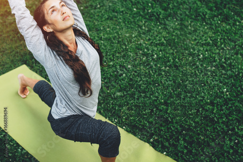 Fotografía  Portrait of happiness young woman practicing yoga on outdoors