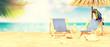Schöner Strand mit Liegestühlen - Urlaub Konzept