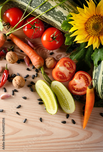 Foto  Top view fresh natural vegetables on wooden background