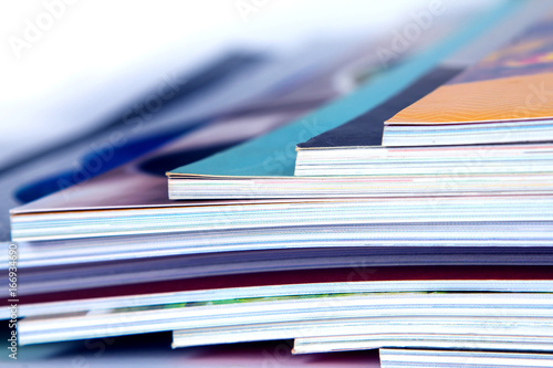 Fotografía  stack of colorful magazines , extreamly DOF