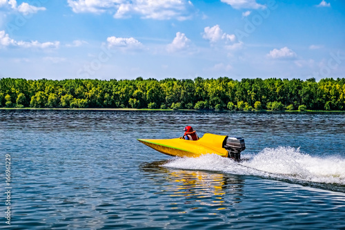 Tuinposter Water Motor sporten Yellow speed boat