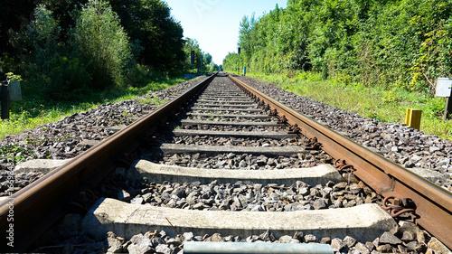 Eisenbahnschienen über Land