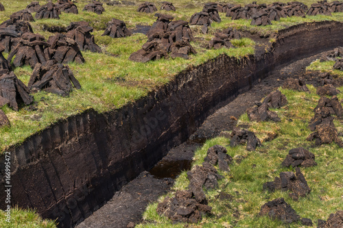Photo  スコットランドの露天ピート採掘場 UK Scotland peat mining