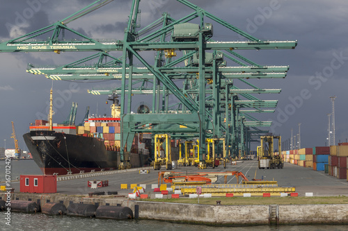 Containerschiff an einem Containerterminal im Hafen von Antwerpen, Belgien