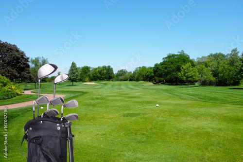 Plakat Kije golfowe i torba na kurs