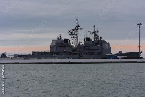 Plakat Statek wojskowy zacumowany jest w porcie morskim w Odessie 12 lipca 2017 r