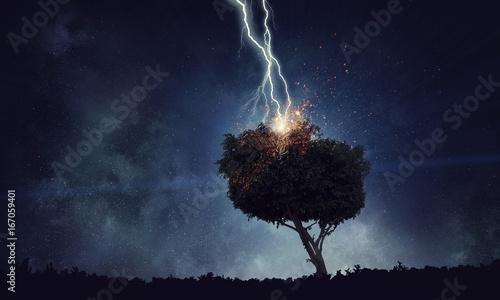 Montage in der Fensternische Blaue Nacht Bright lightning hit the tree