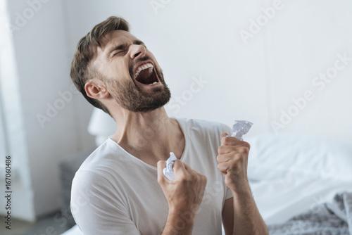 Fotografia Desperate devastated man having a nervous breakdown