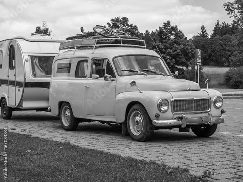 Vintage Oldtimer mit Wohnwagen © Animaflora PicsStock