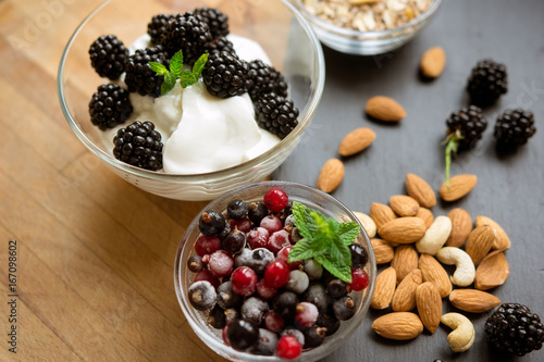 Fotografia  Healthy snack with fresh berries and almonds