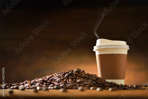 Spoed Foto op Canvas koffiebar Coffee Cup and Beans on Wooden Table