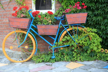 Fototapeta na wymiar Bicycle with flowers