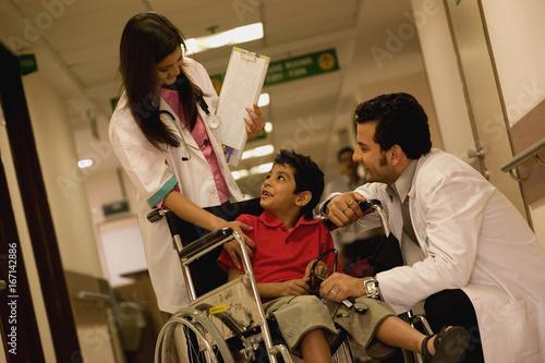 Valokuvatapetti Doctors talking to a boy