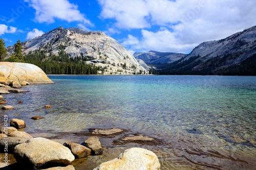 Fotobehang Natuur Park Tenaya Lake at Yosemite National Park, California, USA