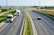 Autostrada i samochody podczas ruchu