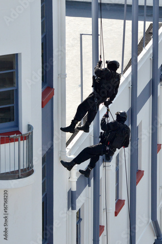Fotografía  Counter-terrorism police officers abseiling a building
