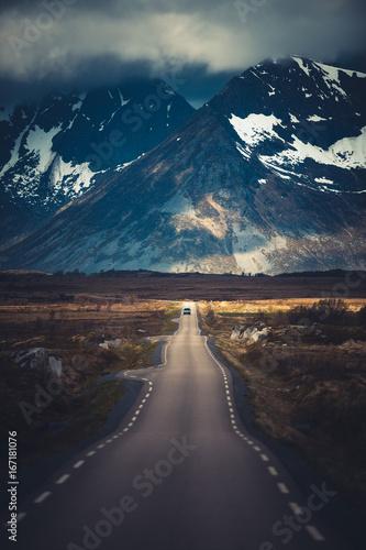 Plakat Samochód na halnej drodze z górami na tle