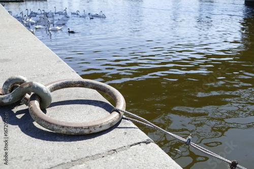 Fotografía  anchoring ring at the river side