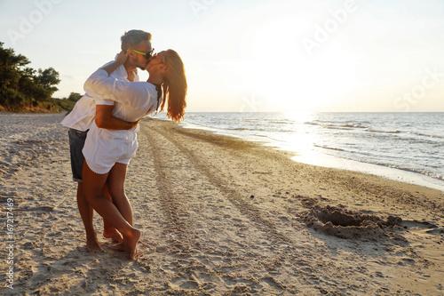 Plakat Dwoje kochanków na plaży