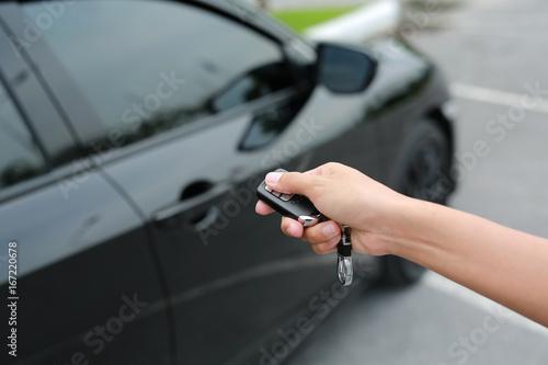 Fotografie, Obraz  woman hand use car remote.